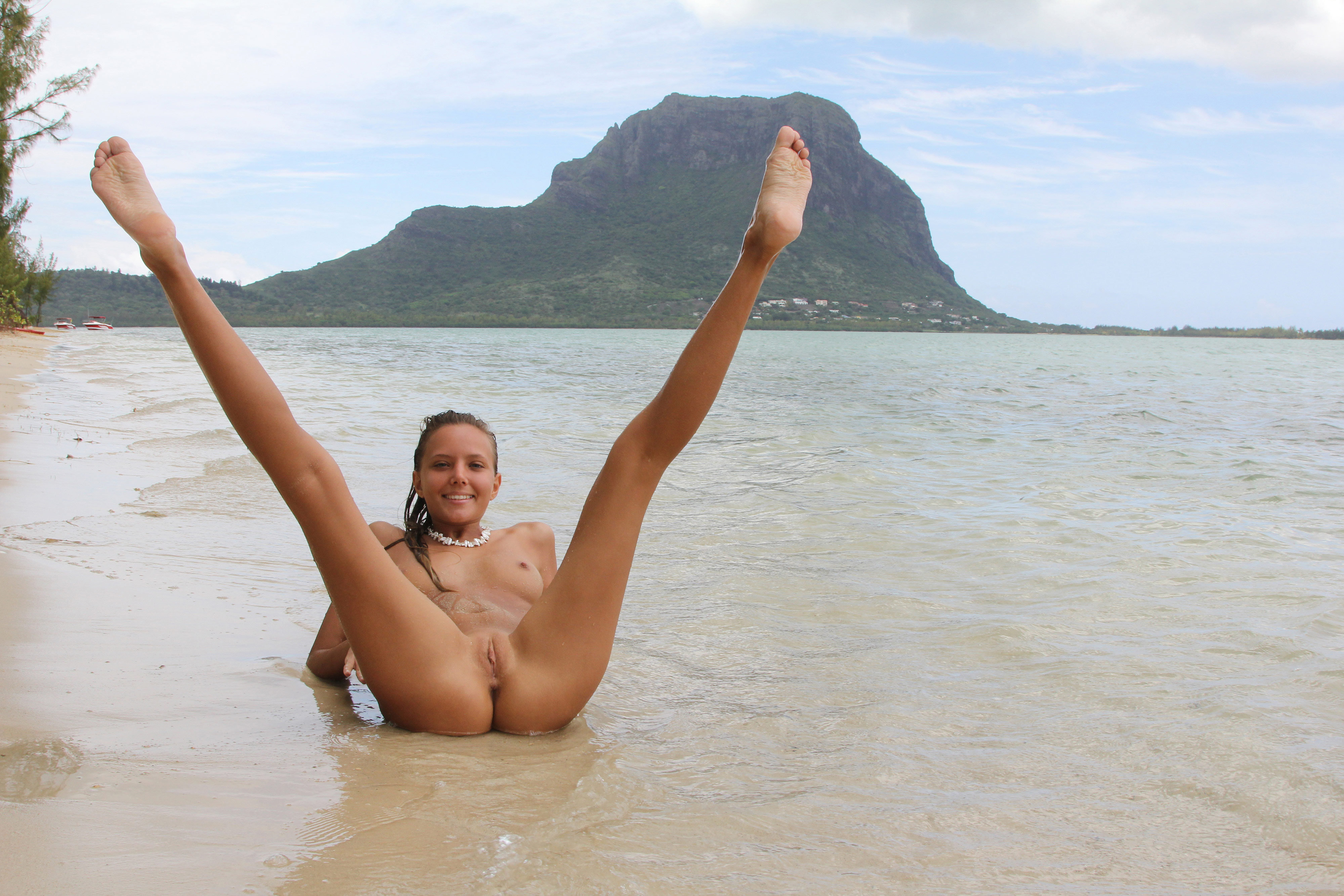 Телки на пляже голые фото